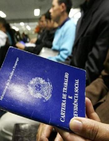 Brasil contrata mais do que demite pela primeira vez em dois anos