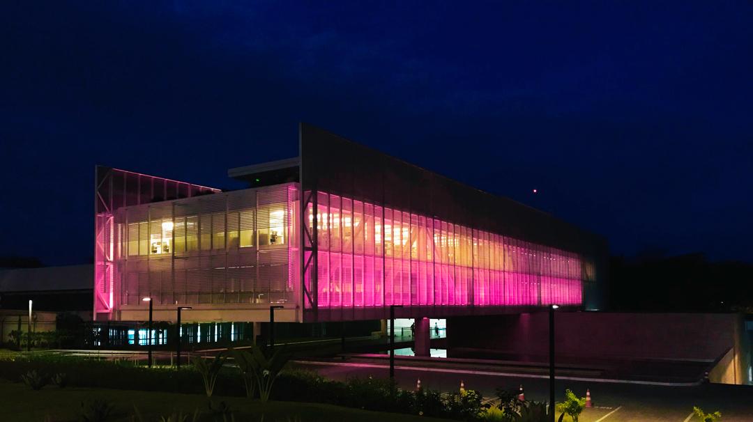 Iluminação rosa na sede da CNM alerta para prevenção e tratamento do câncer de mama