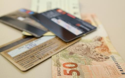 Juros de cartão de crédito é um dos principais fatores do endividamento das famílias no Brasil