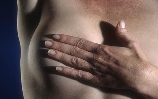 Trabalhadora com câncer de mama tem direito a benefícios no tratamento da doença; saiba quais