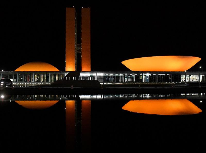 Mês de Conscientização da Esclerose Múltipla: Congresso é iluminado de laranja e a CNM alerta sobre a doença