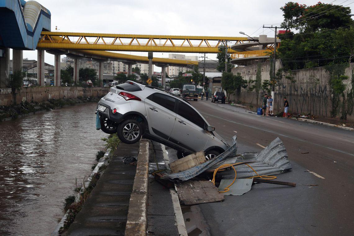 Governos municipal e estadual de São Paulo se mobilizam após chuvas causarem mortes e destruição