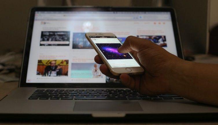 Nove entre dez brasileiros fizerem o uso da internet em 2016, indica pesquisa