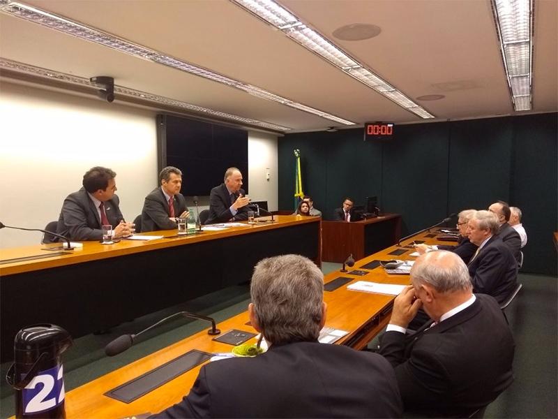 Bancada parlamentar gaúcha debate crise dos Municípios com lideranças do movimento