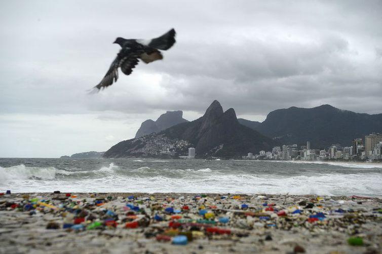 01062018 lixo praia EBC